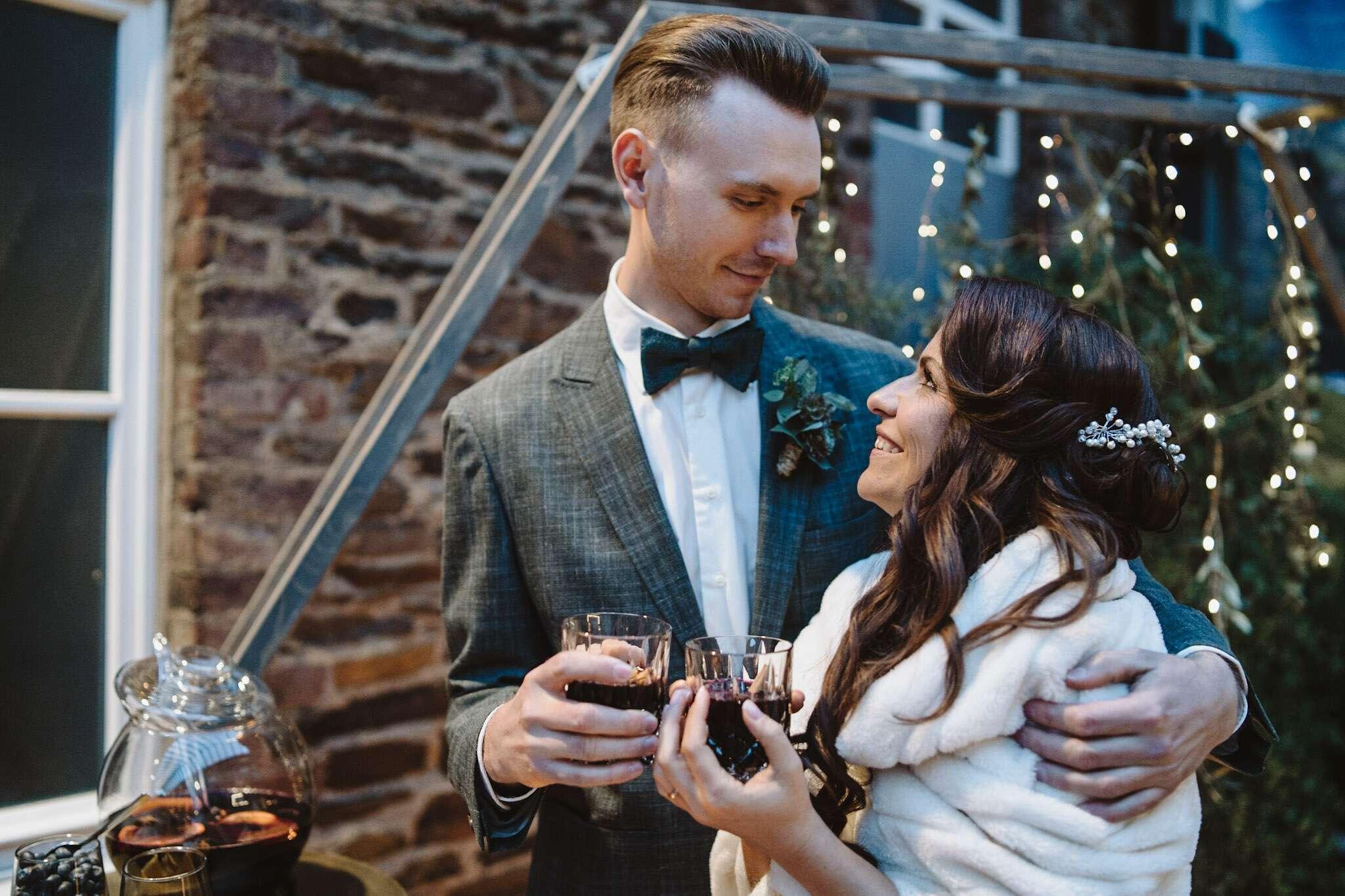 Styled Shooting WeinNacht, Hochzeit, Brautpaar, Lichterketten, Glühweinbar