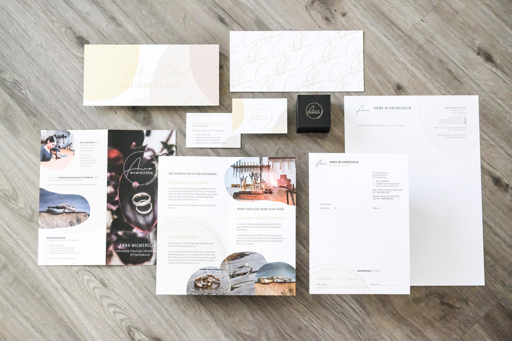 Gutscheine Postkarte Visitenkarte Briefbogen Briefpapier Flyer Rechnungsblock Ringkästchen Golddruck Goldschmiede Anna Wilwerscheid Geschäftsausstattung Flatlay